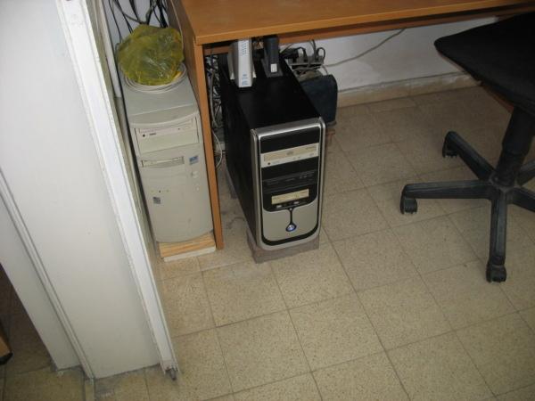 כאן יושב השרת שלי (משמאל). מתחת לשולחן זה המחשב האישי.