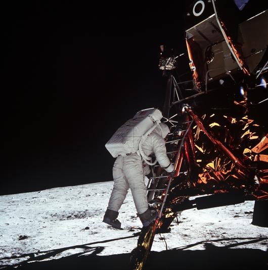 באז אולדרין יורד מסולם הנשר אל פני הירח, משימת אפולו 11