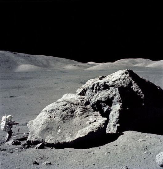 האריסון שמיט ליד סלע גדול בירח, משימת אפולו 17