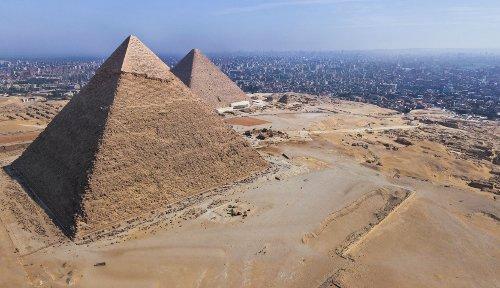 הפירמידות בגיזה על רקע דרום-מערב קהיר